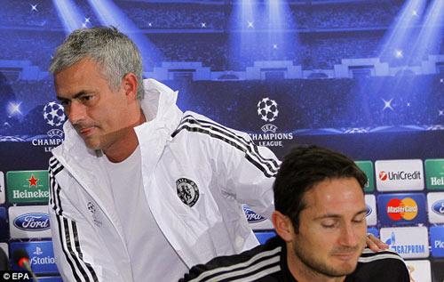 Mourinho bỏ ngang buổi họp báo - 2