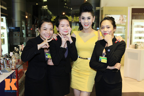 Lâm Chi Khanh và người yêu gây chú ý ở Hà Nội - 6