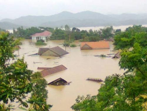 Nghệ An: Xả lũ khẩn cấp, nước ngập nuốt mái nhà - 1