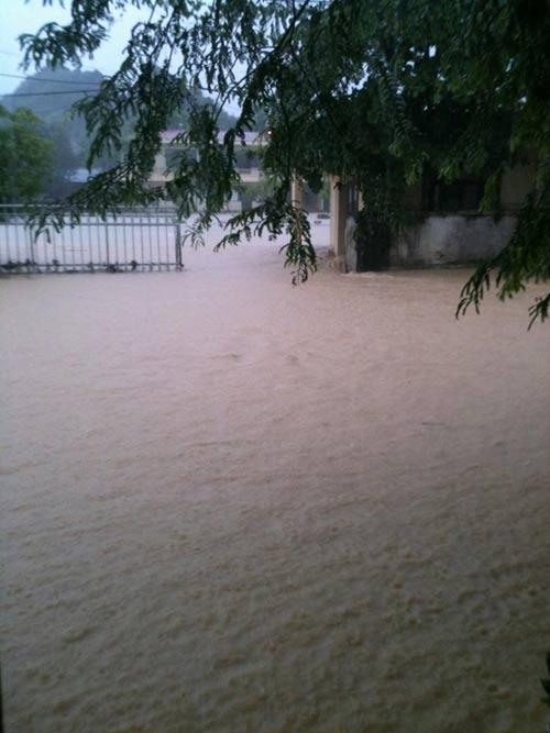 Nghệ An: Xả lũ khẩn cấp, nước ngập nuốt mái nhà - 14