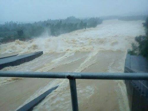 Nghệ An: Xả lũ khẩn cấp, nước ngập nuốt mái nhà - 2