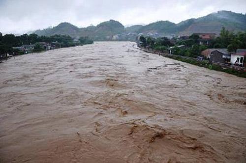 Nghệ An: Xả lũ khẩn cấp, nước ngập nuốt mái nhà - 3