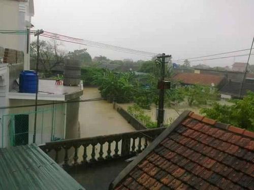 Nghệ An: Xả lũ khẩn cấp, nước ngập nuốt mái nhà - 4