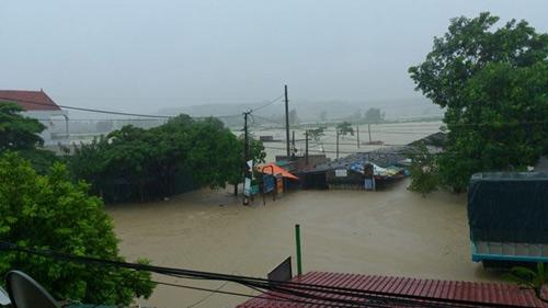 Nghệ An: Xả lũ khẩn cấp, nước ngập nuốt mái nhà - 9