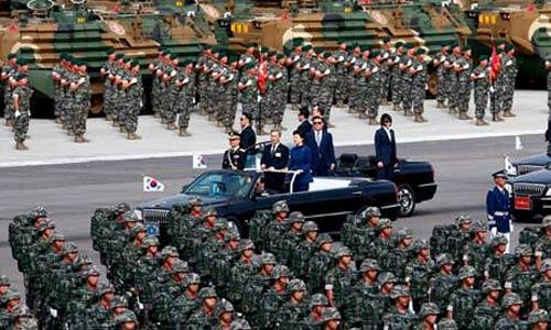 Hàn Quốc rầm rộ duyệt binh răn đe Triều Tiên - 1