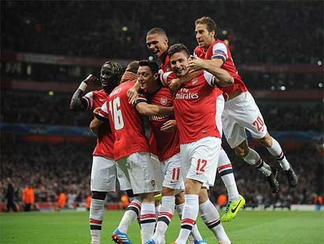Arsenal: Bay cao cùng Mesut Ozil - 1