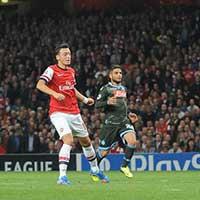 Ozil thi đấu chói sáng trước Napoli