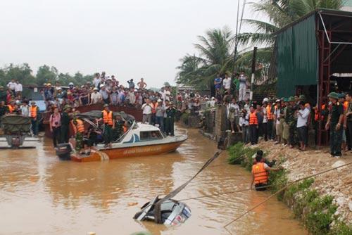 Toàn cảnh trục vớt xe chở Phó GĐ sở bị lũ cuốn - 2