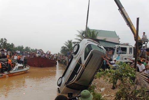 Toàn cảnh trục vớt xe chở Phó GĐ sở bị lũ cuốn - 4
