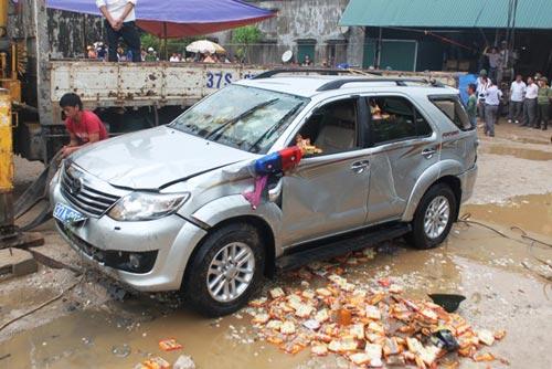 Toàn cảnh trục vớt xe chở Phó GĐ sở bị lũ cuốn - 6