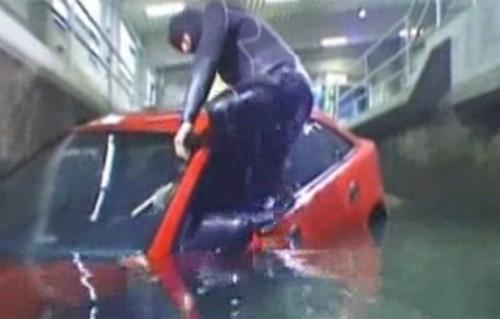 Cách thoát khỏi ô tô khi xe lao xuống nước - 2