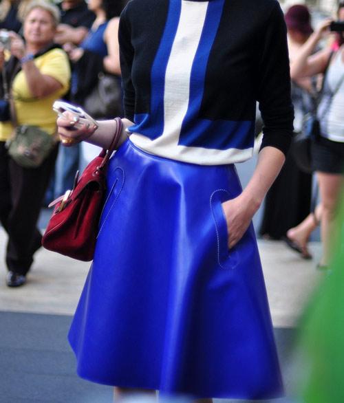 Mặc xanh cobalt thời thượng như các tín đồ - 15