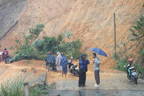 Quảng Nam: Thủy điện xả lũ, nhiều nơi bị cô lập - 3
