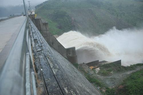 Quảng Nam: Thủy điện xả lũ, nhiều nơi bị cô lập - 2