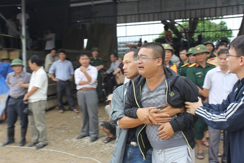 Phó GĐ sở bị lũ cuốn: Đám tang vội trong mưa - 1