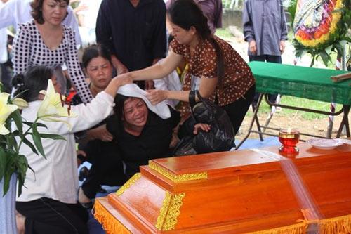 Phó GĐ sở bị lũ cuốn: Đám tang vội trong mưa - 2