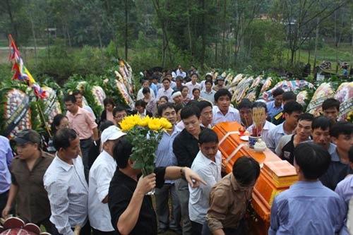 Phó GĐ sở bị lũ cuốn: Đám tang vội trong mưa - 3