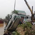 Tin tức trong ngày - Toàn cảnh trục vớt xe chở Phó GĐ sở bị lũ cuốn