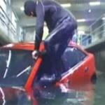 Tin tức trong ngày - Cách thoát khỏi ô tô khi xe lao xuống nước