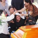 Tin tức trong ngày - Phó GĐ sở bị lũ cuốn: Đám tang vội trong mưa