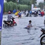 Tin tức trong ngày - Mưa lớn, người dân Sài Gòn khốn khổ vì ngập
