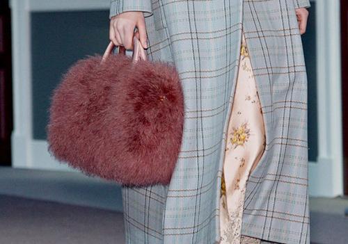 Túi lông sành điệu cho tín đồ mùa lạnh - 1