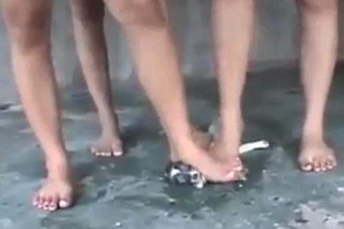 Phẫn nộ clip 3 cô gái giẫm chó con đến chết - 3