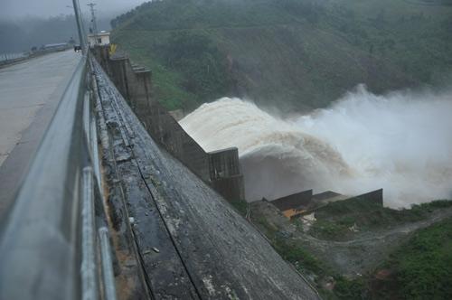 Quảng Nam: Lũ thủy điện bủa vây người dân - 1