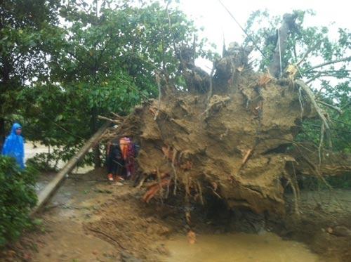 Sau bão, lốc xoáy lại tàn phá miền Trung - 1