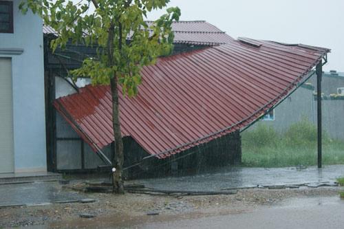 Sau bão, lốc xoáy lại tàn phá miền Trung - 5