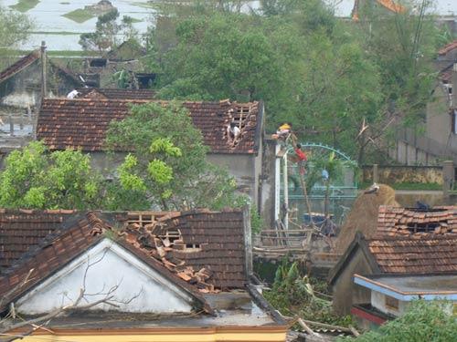 Sau bão, lốc xoáy lại tàn phá miền Trung - 6