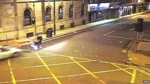 Anh: Lao ôtô hất tung nhóm bạn để trả thù - 1