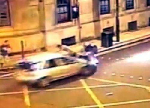 Anh: Lao ôtô hất tung nhóm bạn để trả thù - 2