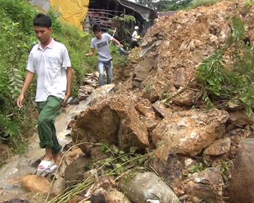 Quảng Ngãi: Núi lở ầm ầm, 400 hộ dân bị cô lập - 2