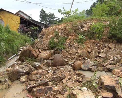 Quảng Ngãi: Núi lở ầm ầm, 400 hộ dân bị cô lập - 3