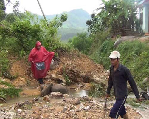 Quảng Ngãi: Núi lở ầm ầm, 400 hộ dân bị cô lập - 4
