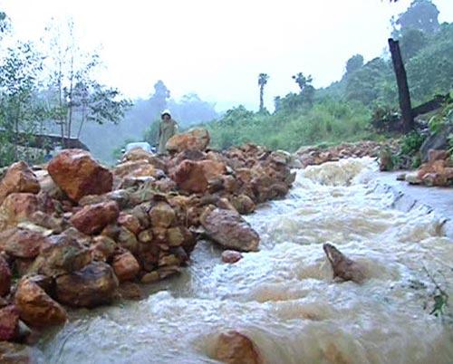Quảng Ngãi: Núi lở ầm ầm, 400 hộ dân bị cô lập - 5