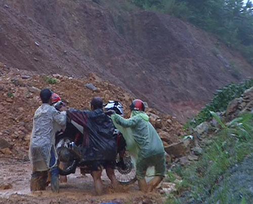 Quảng Ngãi: Núi lở ầm ầm, 400 hộ dân bị cô lập - 6