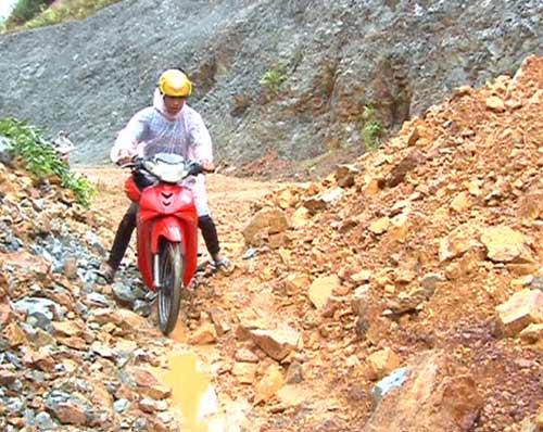 Quảng Ngãi: Núi lở ầm ầm, 400 hộ dân bị cô lập - 7