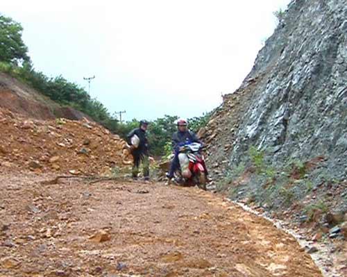 Quảng Ngãi: Núi lở ầm ầm, 400 hộ dân bị cô lập - 8