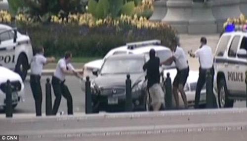 Video vụ đuổi bắn ôtô lao vào Nhà Trắng - 2