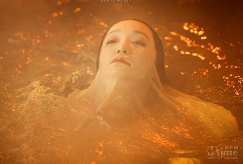 """Video: Châu Tấn """"lột da"""" tắm trần - 1"""