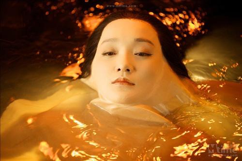 """Video: Châu Tấn """"lột da"""" tắm trần - 3"""