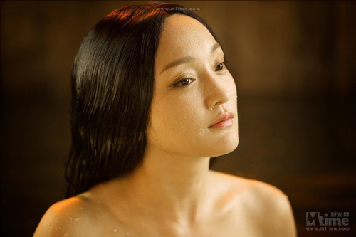 """Video: Châu Tấn """"lột da"""" tắm trần - 2"""