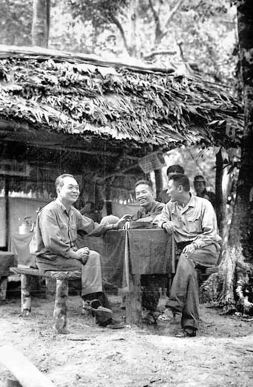 Những bức ảnh lịch sử về Đại tướng Võ Nguyên Giáp - 10