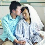 Bạn trẻ - Cuộc sống - Xúc động màn cầu hôn trên giường bệnh ở TQ