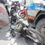 Tin tức trong ngày - Xe tải mất lái, cuốn xe máy và người vào gầm