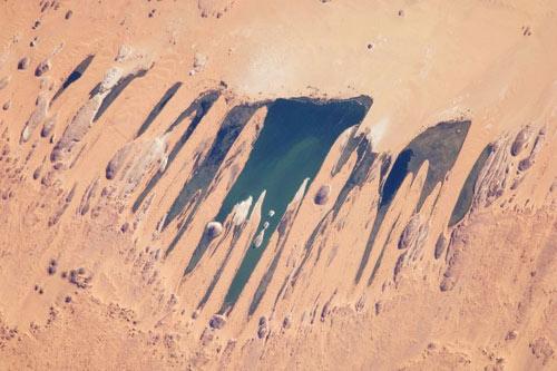 Hồ nước kỳ diệu giữa sa mạc Sahara - 1