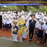 Học sinh Quảng Bình đội mưa viếng Đại tướng