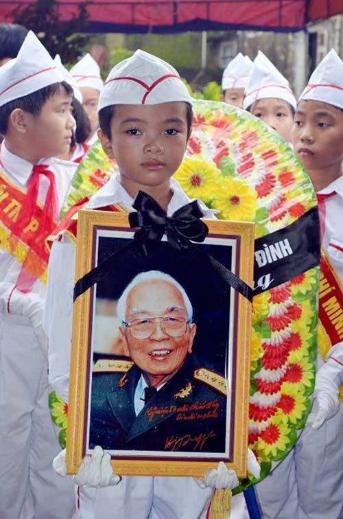 Học sinh Quảng Bình đội mưa viếng Đại tướng - 2